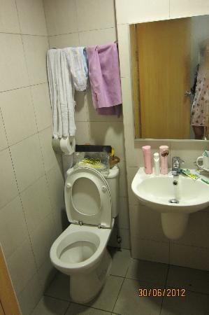 Fragrance Hotel - Selegie: Small bathroom