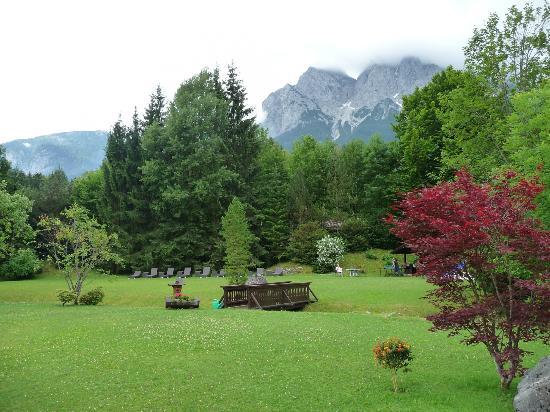 Alpenhof Grainau: Uitzicht vanaf het terras van het hotel op de tuin