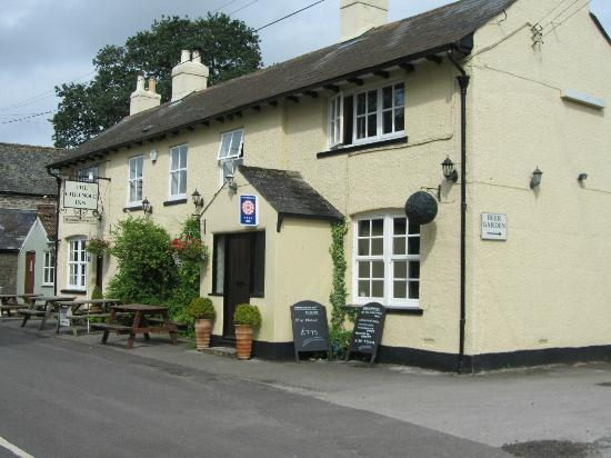 The Chetnole Inn: Outside