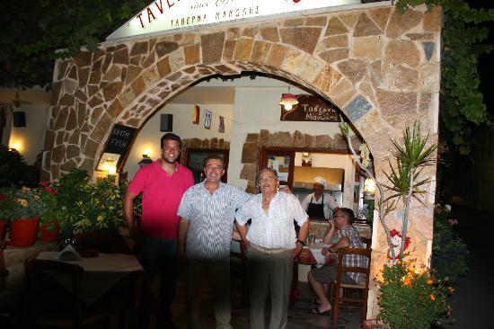 Agia Marina, Yunanistan: 3 generasjoner Tzifakis , Manolis , Jannis og Manolis