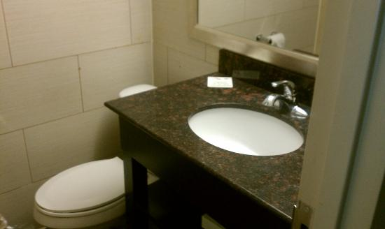 Howard Johnson Express Inn - North Plainfield: Marble in bathrooms (I am assuming it's part of the renovations)