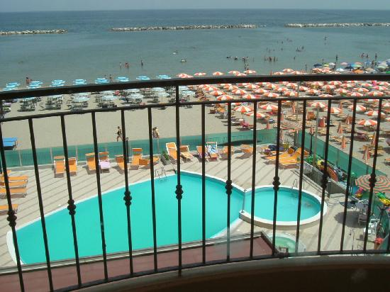 Vista piscina foto di adria hotel beach club cesenatico for Piscina n club
