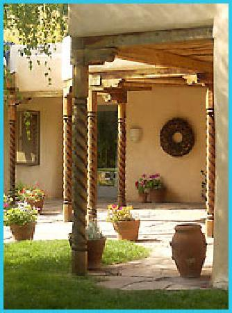 Taos Country Inn: The beautiful and relaxing exterior patio.