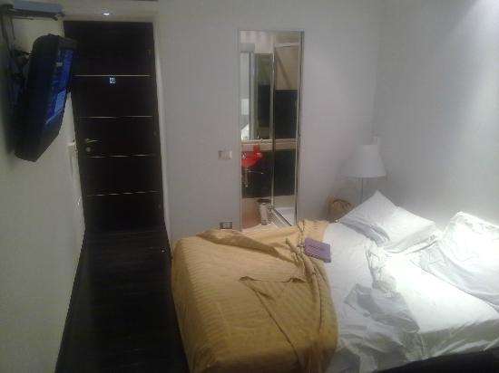 Alex Inn: Il letto e la porta del bagno