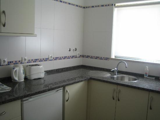 Novochoro Apartamentos Turisticos: Our kitchen, complete with granite work surface