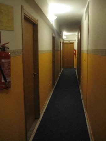 22 Marzo Hotel: hallway