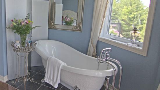 Benaaron Guest House: Sodalite Suite Soaker Tub