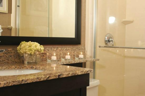 Quattro Hotel & Conf. Centre, an Ascend Hotel Collection Member: Guest Bathroom