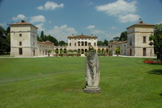 Villa Giona sett fra hagen
