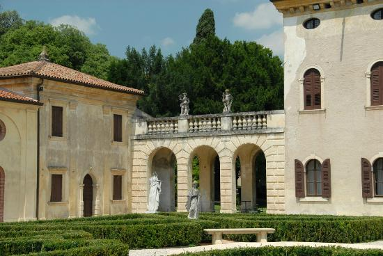 Villa Giona: Detaljer i hovedbygget