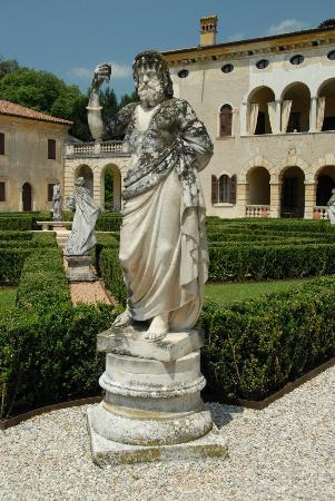 Villa Giona: Hage, statue