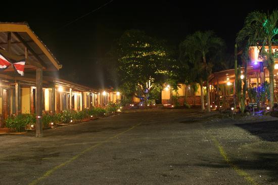 Hotel Arenal Rossi: Vista de el Hotel de noche