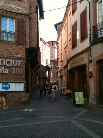 Ophorus Toulouse Sightseeing Day Tours: Preserved buildings, roads. So quaint