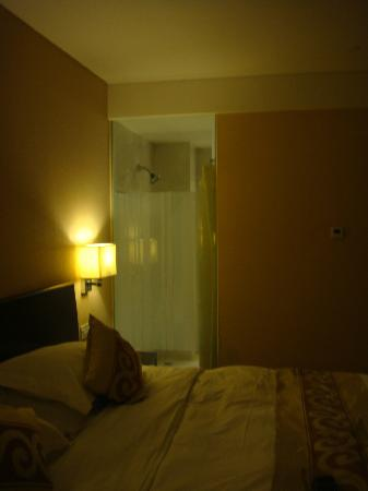 Jingtailong International Hotel: glass wall between the room and the bathroom