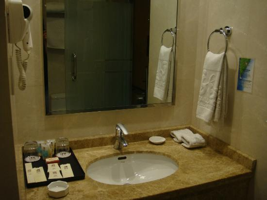 Jingtailong International Hotel: bathroom clean towels