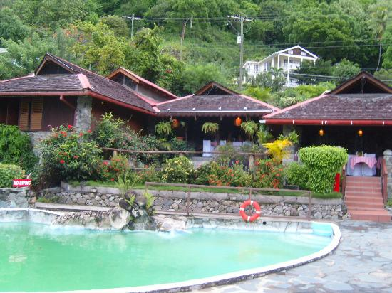 Hummingbird Beach Resort: View of restaurant and pool