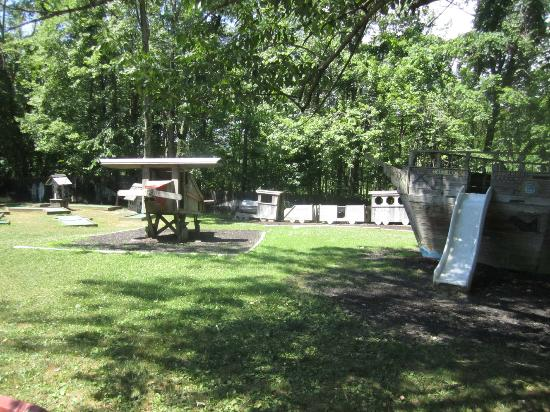 Pinegrove Family Dude Ranch : playground
