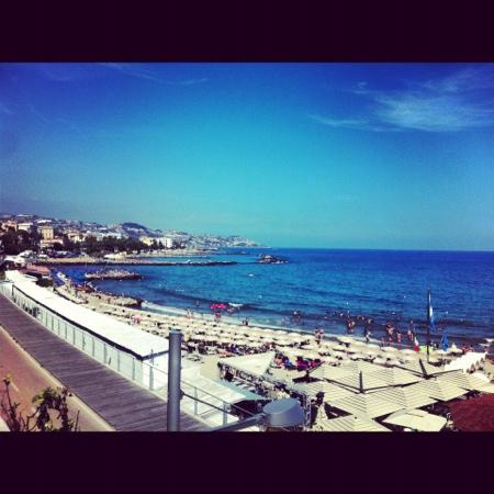 Hotel Globo & Suite Sanremo : view of the beach close by