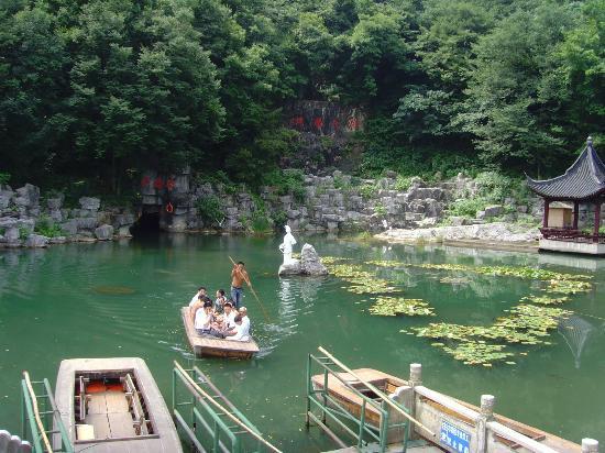Xishi Cave: Xishi Statue mit Eingang Hoehlenlandschaft