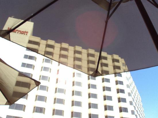 Sacramento Marriott Rancho Cordova: View of hotel looking up from under pool umbrella!