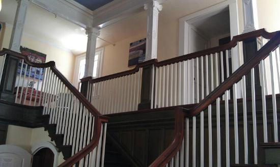 Barncastle Hotel + Restaurant: Lobby Stairway