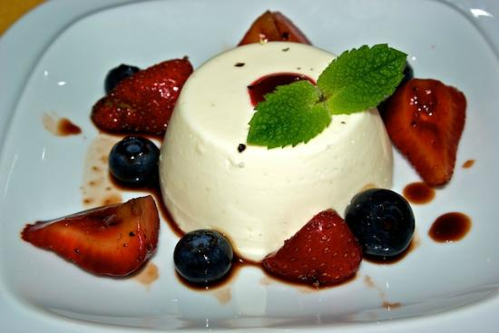 Trailhead Resort: Fresh fruit and panacotta dessert