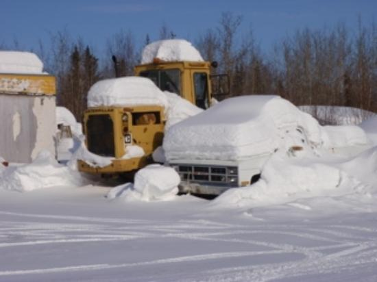 Bettles Lodge: More snow-covered vehicles