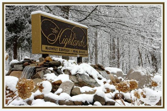 The Highlands Condominium: Snowy sign