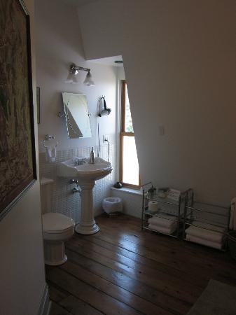 Addington Arms B&B: Large bathroom - double shower is just to the right