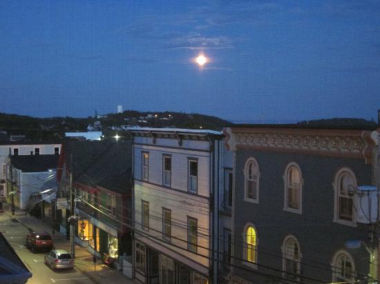 Addington Arms Bed and Breakfast: Moonrise over Old Town Lunenburg