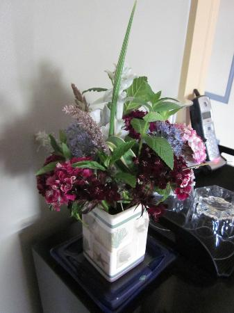 Addington Arms Bed and Breakfast: Fresh flowers in the room!