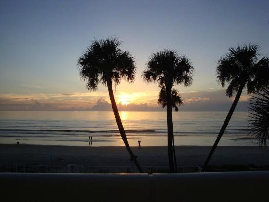 Days Inn Ormond Beach Mainsail Oceanfront: Sunrise from our ocean front balcony