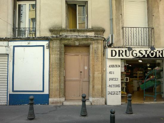 Le Petit Nid de Sophie : Front door of the building