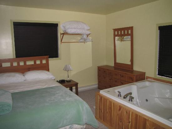 Bear Country Cottage Resort: Master Bedroom with Jetted Tub