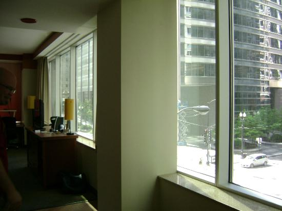 La Quinta Inn & Suites Chicago Downtown: Looking out towards Madison St
