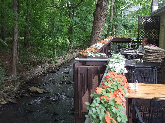 Mom's Country Cafe: Back deck at Moms overlooking mountain stream