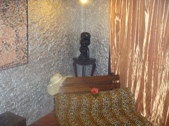 Belize Boutique Resort & Spa: The sitting area in our room, complete with silver walls!