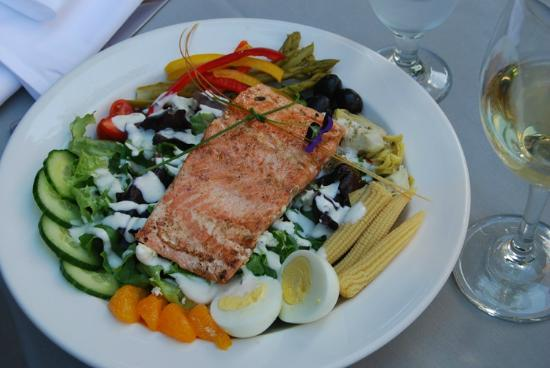 Laughing Horse Lodge: Dinner salad with wild Alaskan salmon