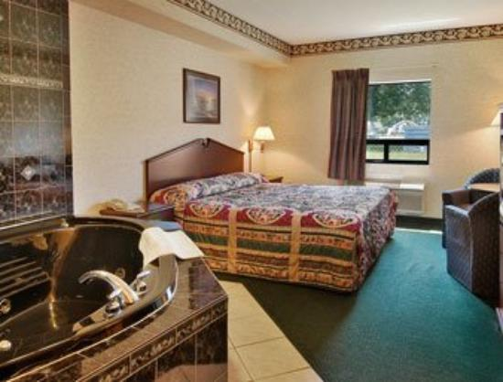 Super 8 Windsor: Jacuzzi Suite