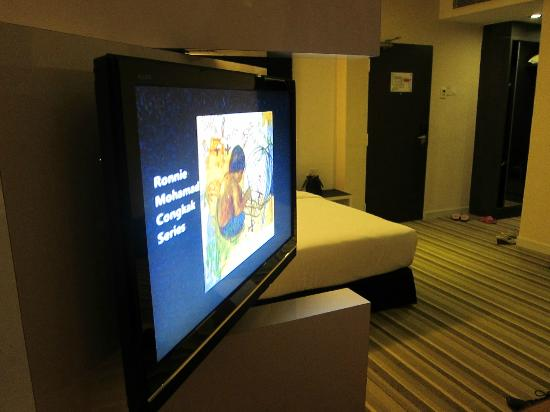 The Sterling Boutique Hotel Melaka: Flip-around TV that separates the night beds from the day bed/sofa.