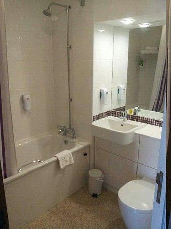 Premier Inn Kidderminster Hotel: Bathroom Room 25