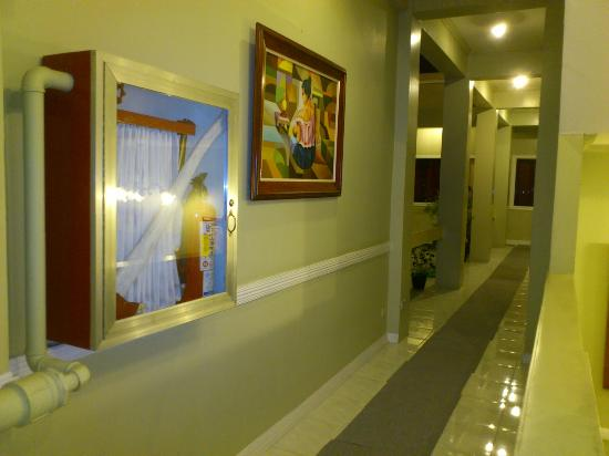 The Royale House Travel Inn and Suites: hallway