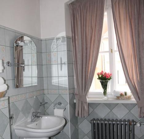 Prague Golden Age: Guest Bathroom