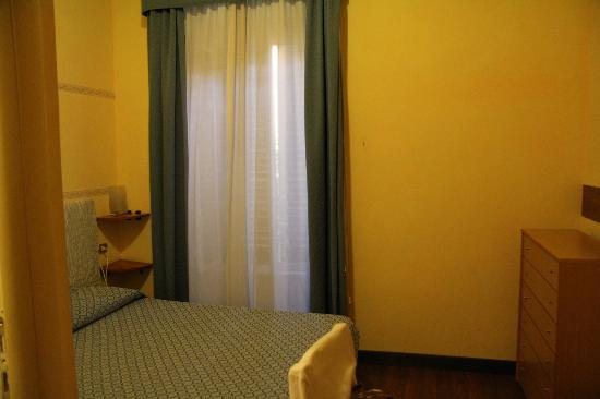 Arena Guest House Roma: Окно в сад с мандаринами.