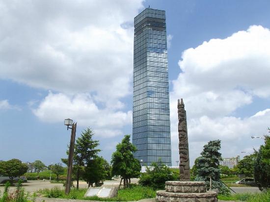 Chiba Port Park: トーテンポールと千葉ポートタワー
