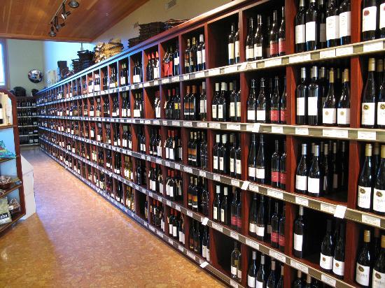 Penticton & Wine Country Visitor Centre: Wine shop and Penticton visitor centre