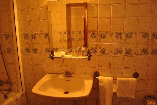 Hotel Peninsular: the bathroom