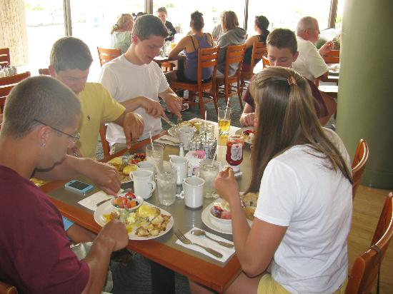 Royal Grille Cafe: Gotta try the Eggs Benedict...