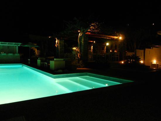Roses Beach Hotel: Night view 