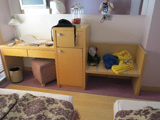 Adamar Hotel: mini bar desk